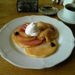 恵比寿のパンダ『季節のコンポートとピーナッツバタークリームのパンケーキ』